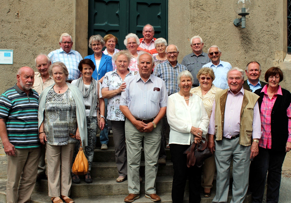 Die ehemaligen Winnigstedter Schüler begutachteten den heutigen Zustand der Christuskirche. Foto: Privat