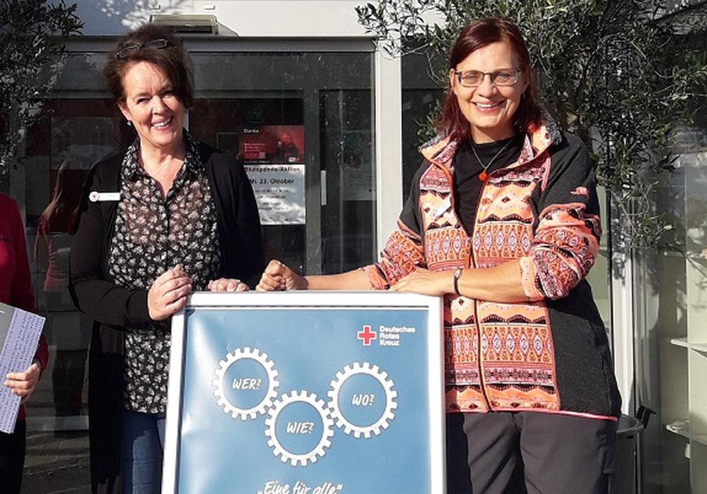 Die Beraterinnen Simone Beil (links) und Carina Gehrke vor dem Integrations- und Therapiezentrum (ITZ) auf dem Wolfenbütteler Exer-Gelände.  Foto: DRK-inkluzivo