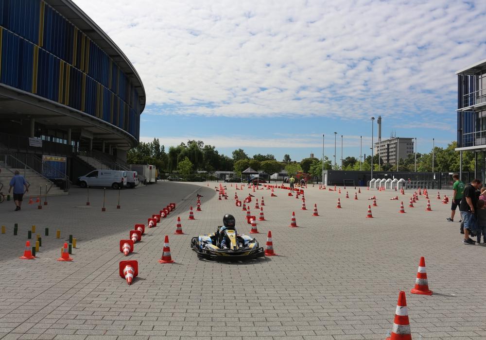 Beim Kartfahren lernen die Kinder vieles über die richtige Einschätzung des Fahrzeuges, das Fahrverhalten in Kurven und beim Bremsen sowie das blitzschnelle Reagieren auf neue Situationen. Symbolbild: Robert Braumann