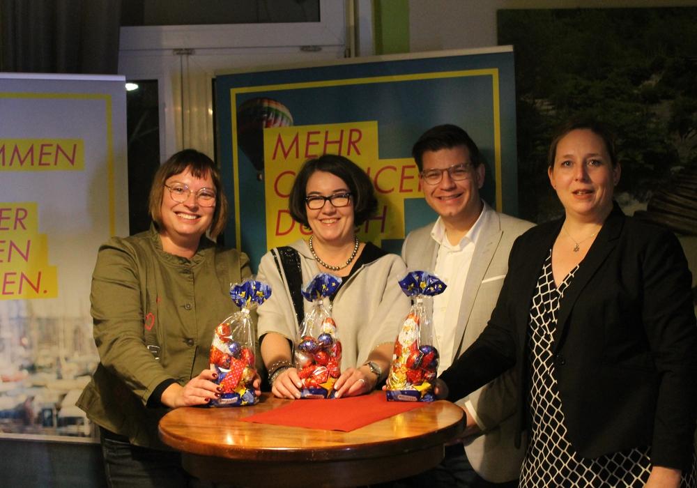 Die FDP-Landtagsabgeordneten Sylvia Bruns und Susanne Schütz (von links) sowie die Hebamme Patricia Könneker waren von Björn Försterling zu einem Themenabend über die Hebammenversorgung eingeladen. (Foto: Christina Balder)