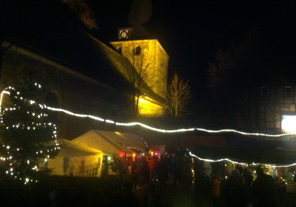 Besinnliche Stimmung vor der Kulisse der beleuchteten Werlaburgdorfer Johanneskirche, Foto: Privat