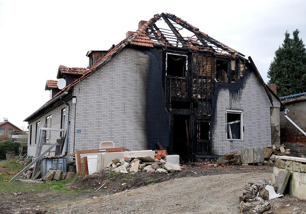 Das Haus wurde durch das Feuer stark beschädigt. Foto: Alexander Panknin