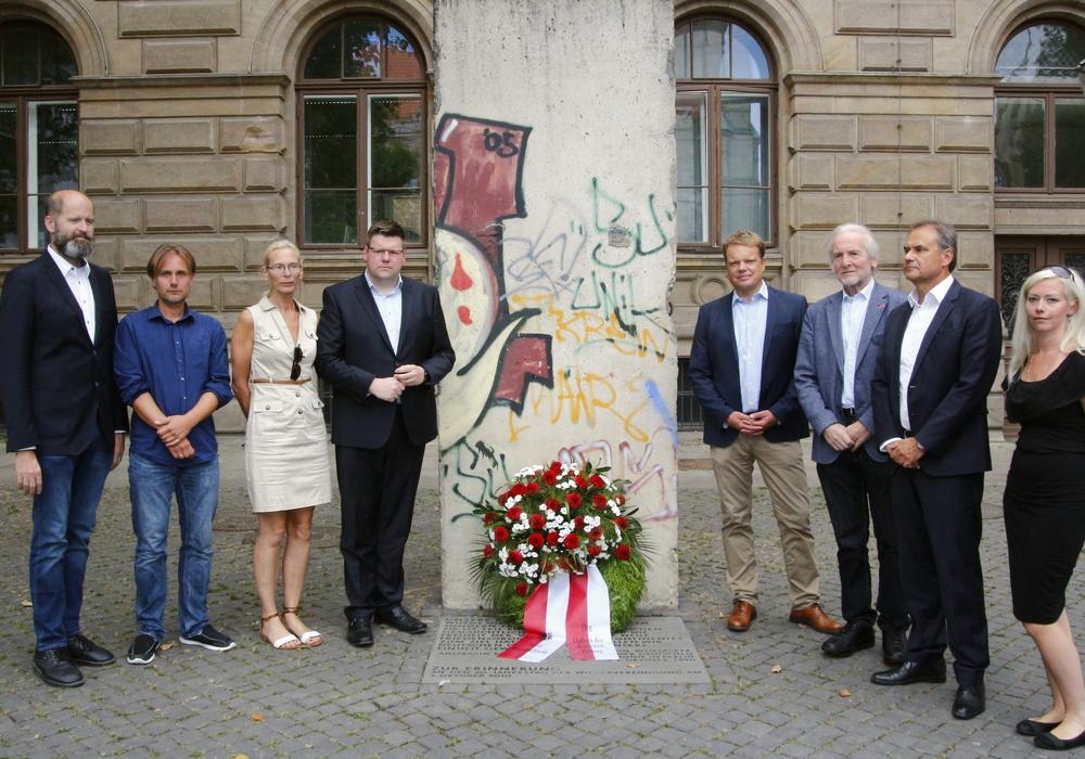 Oberbürgermeister Ulrich Markurth mit Vertretern aller Fraktionen. Foto: Siegfried Nickel