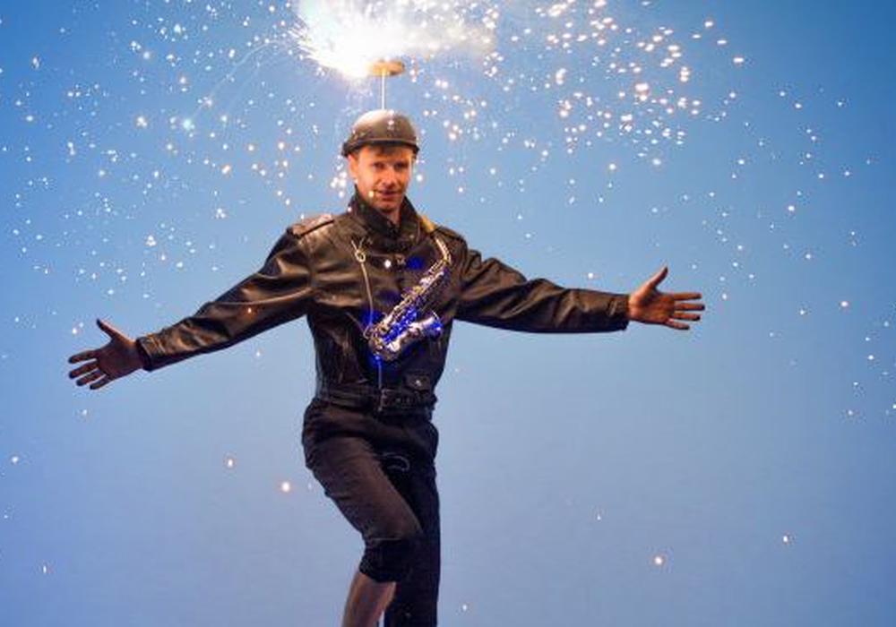 Hochrad-Show nebst Feuer-Helm und Fackeln gehört zum Unterhaltungsprogramm. Foto: Forum