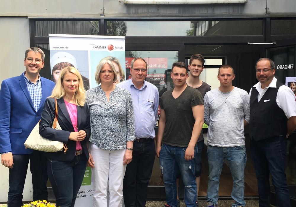 Oberbürgermeister Dr. Oliver Junk (links) mit Standortleiterin Mechthild Drees (2.v.l.) und Ausbildern sowie Auszubildenden beim Tag der offenen Tür. Foto: Oskar Kämmer Schule