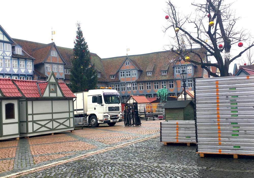 Endspurt auf dem Stadtmarkt: Hier werden derzeit die Buden für den Weihnachtsmarkt aufgebaut. Foto: Nick Wenkel
