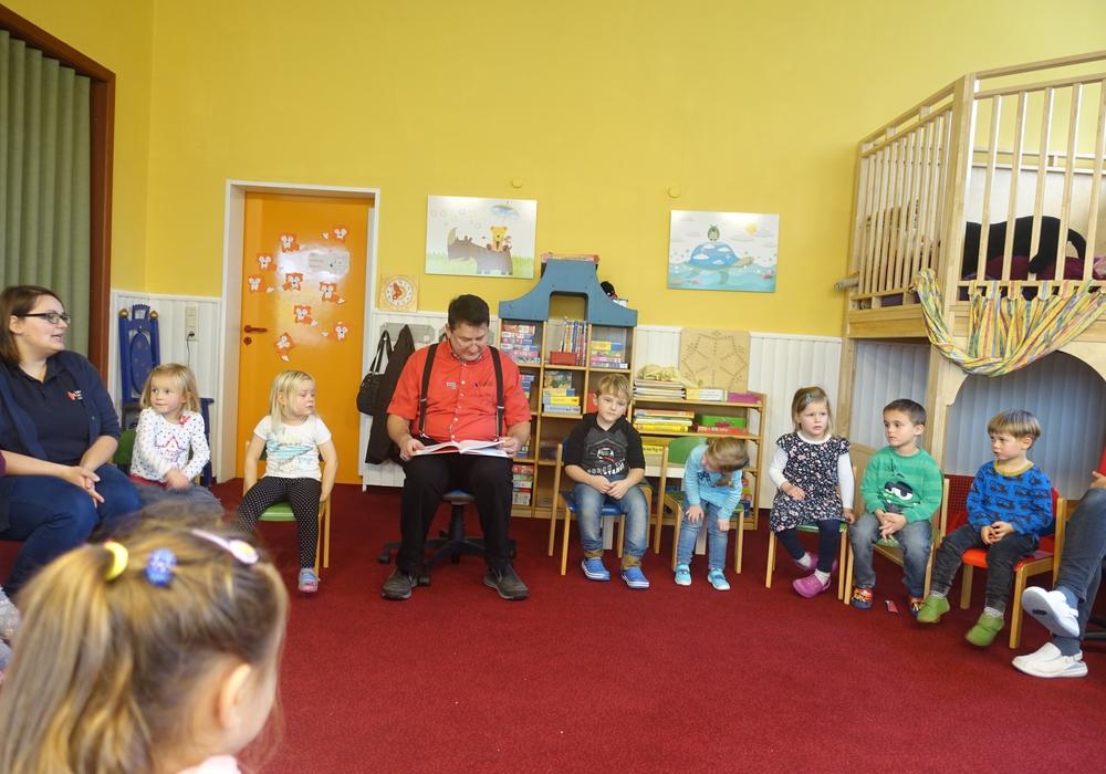 """Fred Worch, Bürgermeister von Mariental, besuchte den Kindergarten """"Lappwaldzwerge"""" in Mariental. Foto: Samtgemeinde Grasleben"""