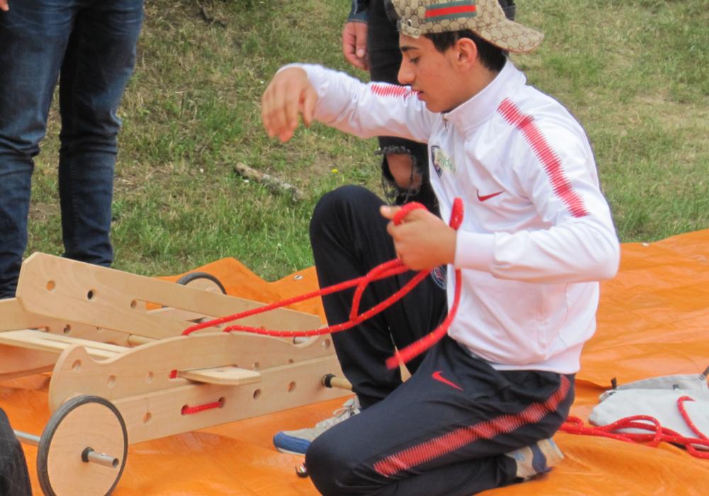 Drei Tage lang konnten sich 30 junge Menschen im Alter von 16 bis 25 Jahren auf dem Zeltplatz Eltze im Niedrigseilgarten, beim Seifenkisten bauen, Herstellen von Naturfarben, Bauen von kleinen Gewächshäusern oder Errechnen des eigenen ökologischen Fußabdruck ausprobieren. Foto: Landkreis Peine