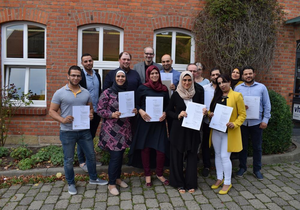 Die Absolventinnen und Absolventen mit ihren Dozenten/innen vor der Volkshochschule in Lebenstedt. Foto: Stadt Salzgitter
