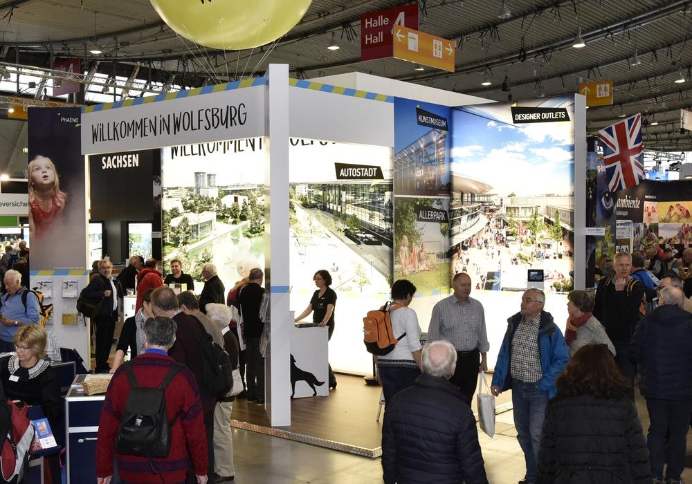 """Die Wolfsburg Wirtschaft und Marketing GmbH ist noch bis einschließlich 21. Januar auf der Messe """"Caravan – Motor – Touristik"""" (CMT) in Stuttgart vertreten und bewirbt dort das Reiseziel Wolfsburg. Foto: WMG"""