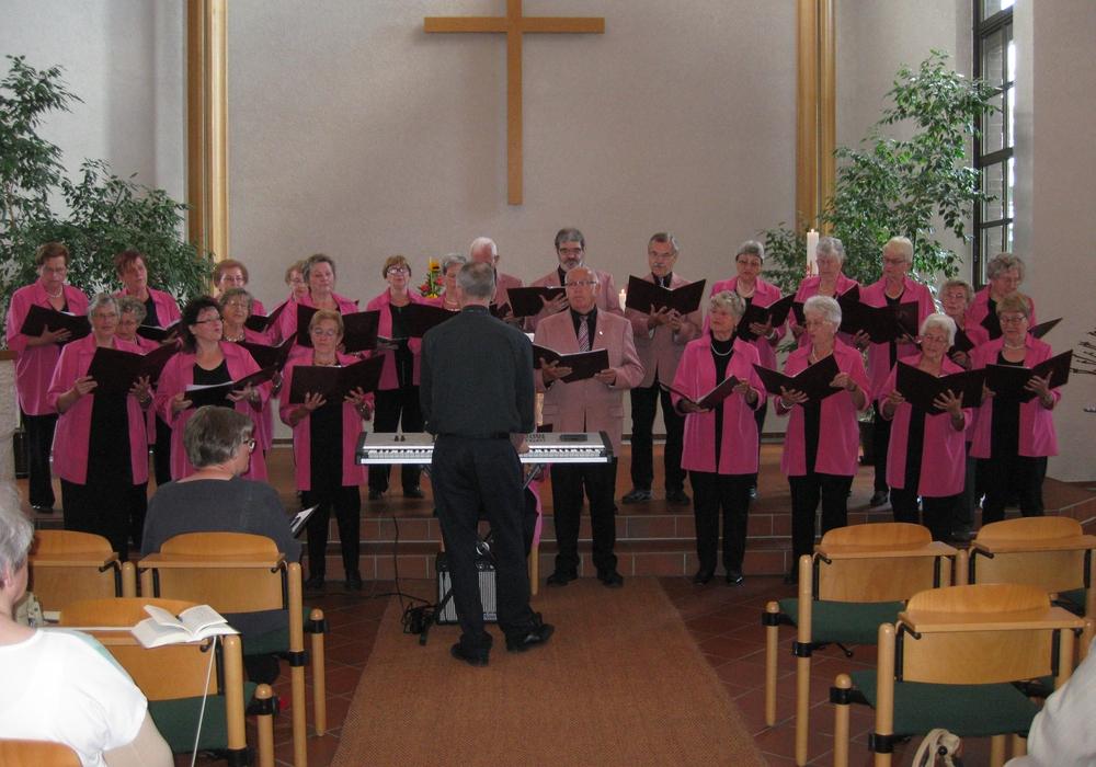 Der Volkschor singt in der Kirche. Foto: privat