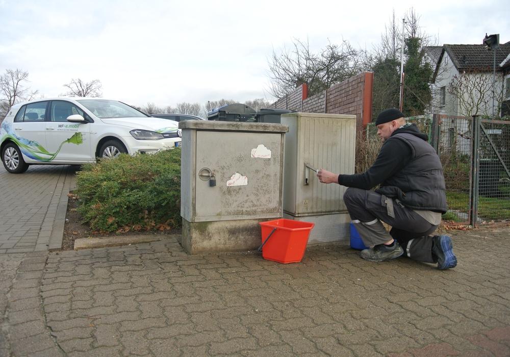 Die Verteilerkästen sollen bunt werden. Timo Wölke (Mitarbeiter Technischer Service) bei Vorbereitungsarbeiten. Foto: Stadtwerke