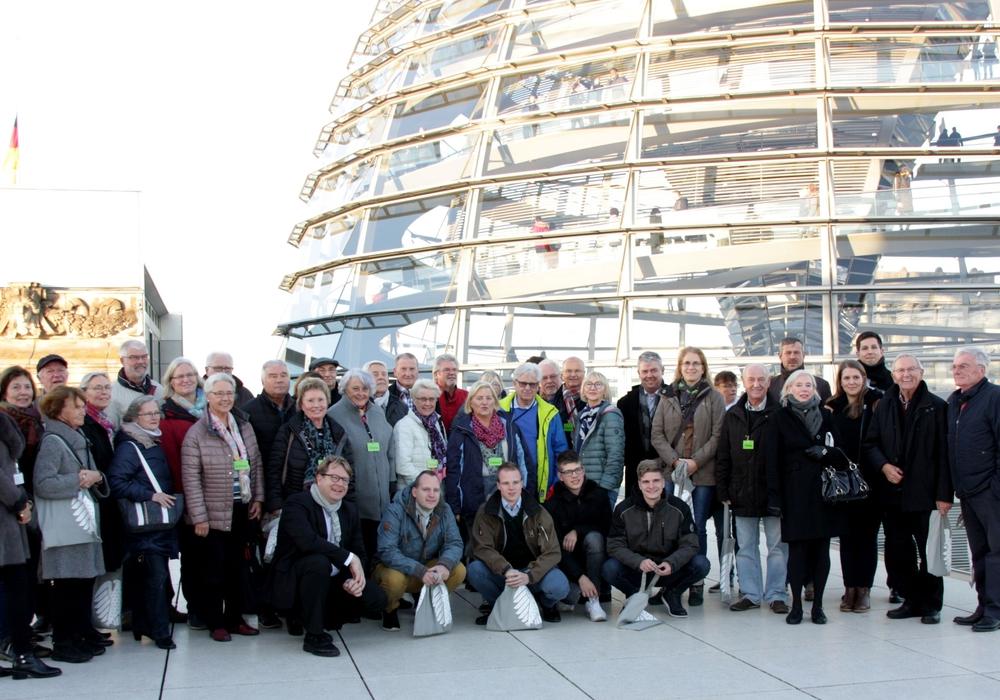Die Besucher vor der Glaskuppel des Reichstages. Foto: Carsten Müller