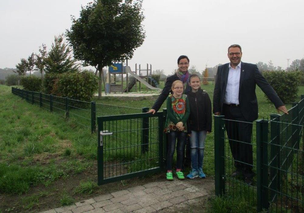 Graslebens Bürgermeisterin Veronika Koch und Samtgemeindebürgermeister Gero Janze schauten sich den neu gestalteten Spielplatz. Foto: Samtgemeinde Grasleben