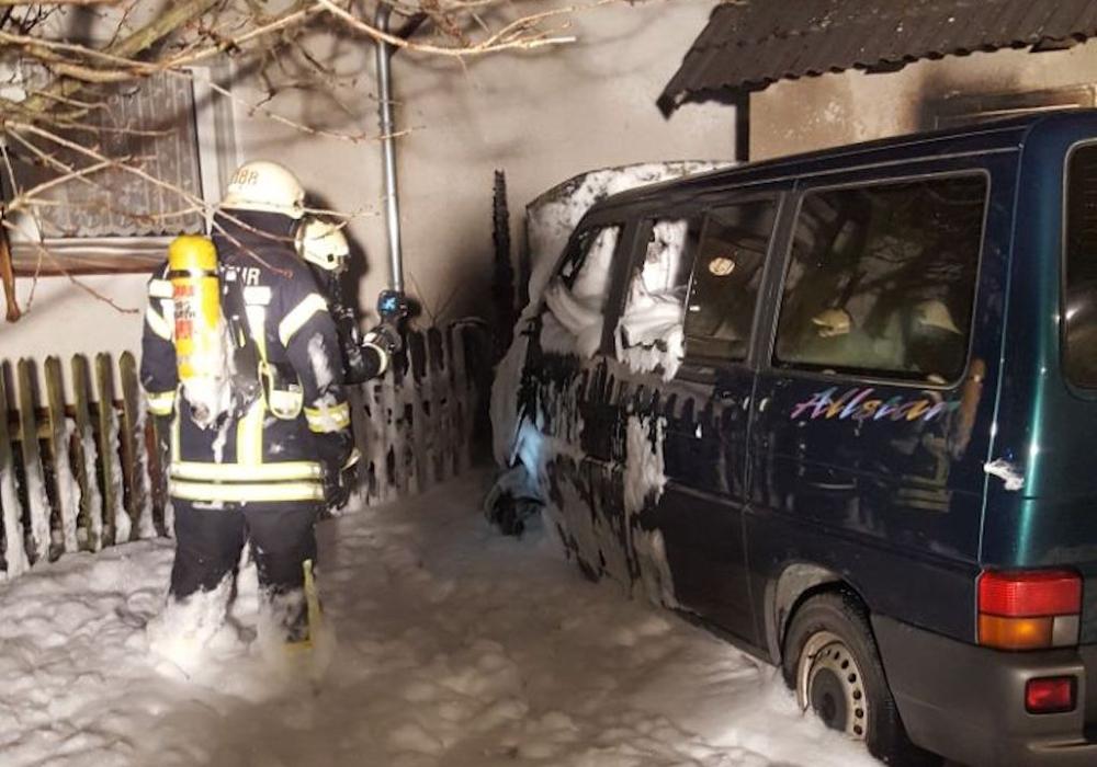 Mit einem Teppich aus Schaum wurde das Feuer gelöscht. Foto: Feuerwehr
