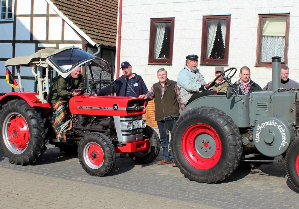 Zahlreiche Oldtimer- Traktoren aus dem Landkreis Wolfenbüttel kamen zum Treffen vor dem Heeseberg- Museum. Foto: Bernd-Uwe Meyer