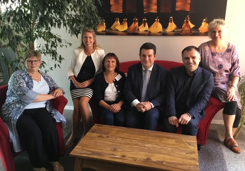 Hubertus Heil (Mitte) berät sich im Mehrgenerationenhaus in Braunschweig mit anderen Landtagsabgeordneten. Foto: SPD