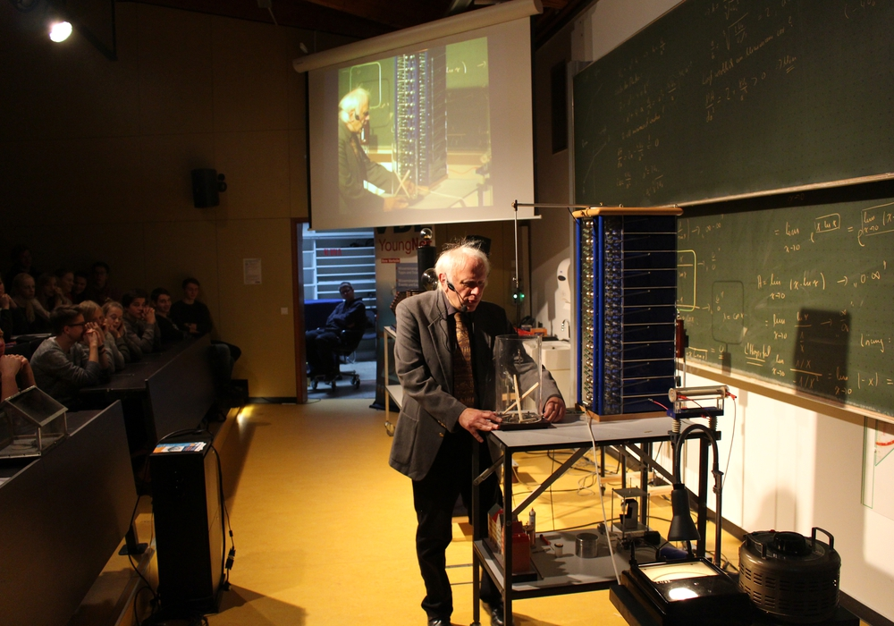 Dipl.-Ing. Felix Kraus begeisterte die Schülerinnen und Schüler mit anschaulichen Experimenten. Fotos: Bernd Dukiewitz