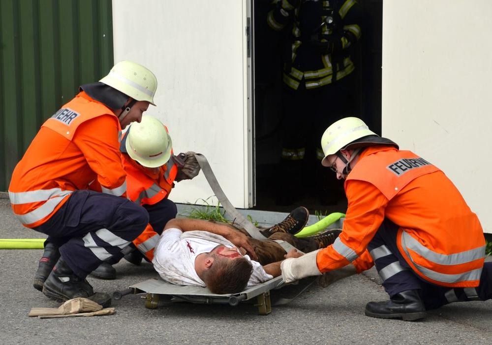 Ein Verletzter musste aus der über 60 Grad heißen Halle gerettet werden. Fotos: Michael Gose Pressestelle Feuerwehr Landkreis Gifhorn