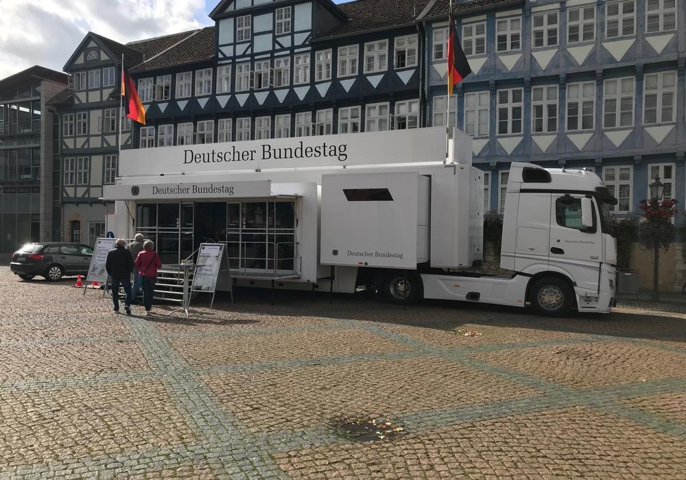Der Info-Truck vor dem Rathaus informiert noch bis morgen über den Deutschen Bundestag. Fotos/Podcast: Marc Angerstein
