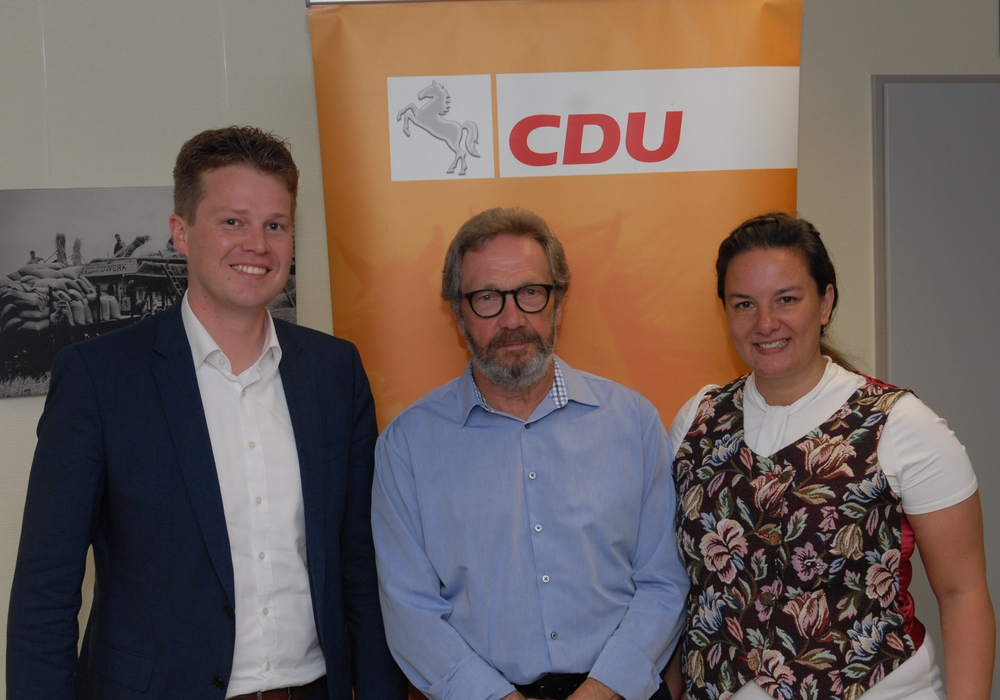 Jörn Schepelmann MdL (Celle), Horst-Werner Hüfler (Geehrter) und Yvonne Droste (Vorsitzende CDU Samtgemeindeverband Meinersen). Foto: CDU Meinersen