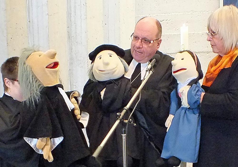 Handpuppen verdeutlichten Luther-Episoden. Foto: Gudrun und Achim Klaffehn