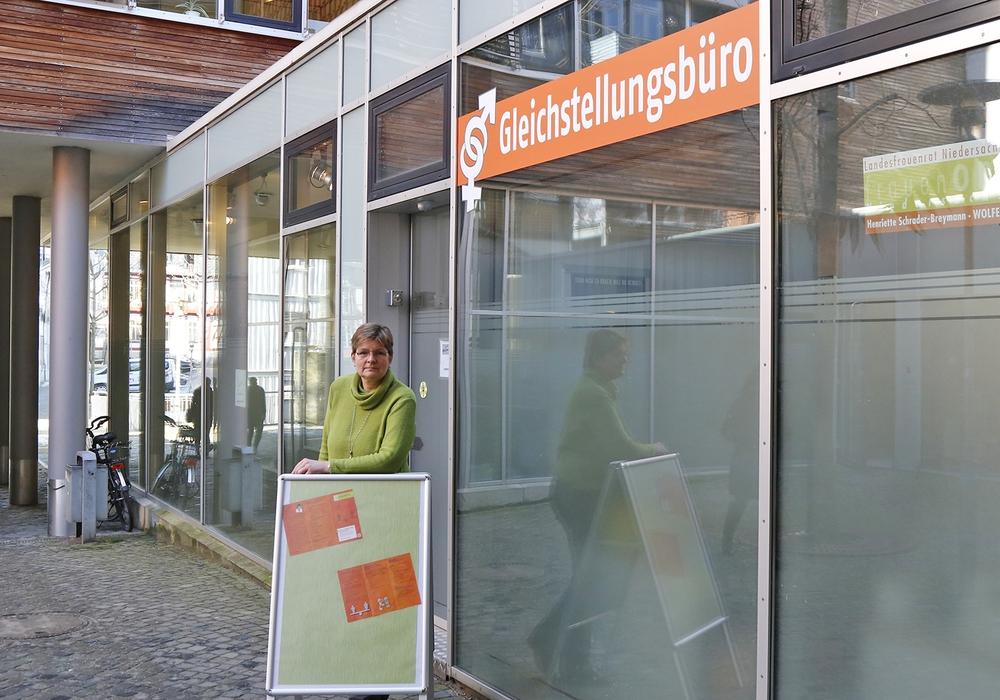 Die Gleichstellungsbeauftragte  vor ihrem neuen Büro. Foto: Stadt Wolfenbüttel