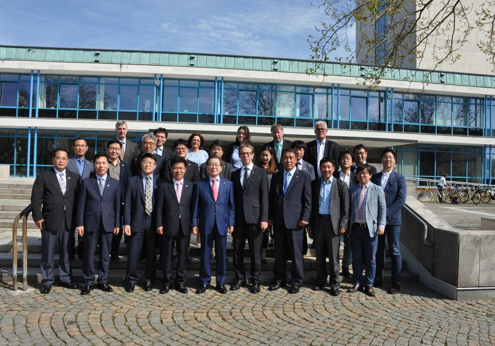 Oberbürgermeister Klaus Mohr empfing eine 26-köpfige Delegation aus Gumi. Foto: Stadt Wolfsburg
