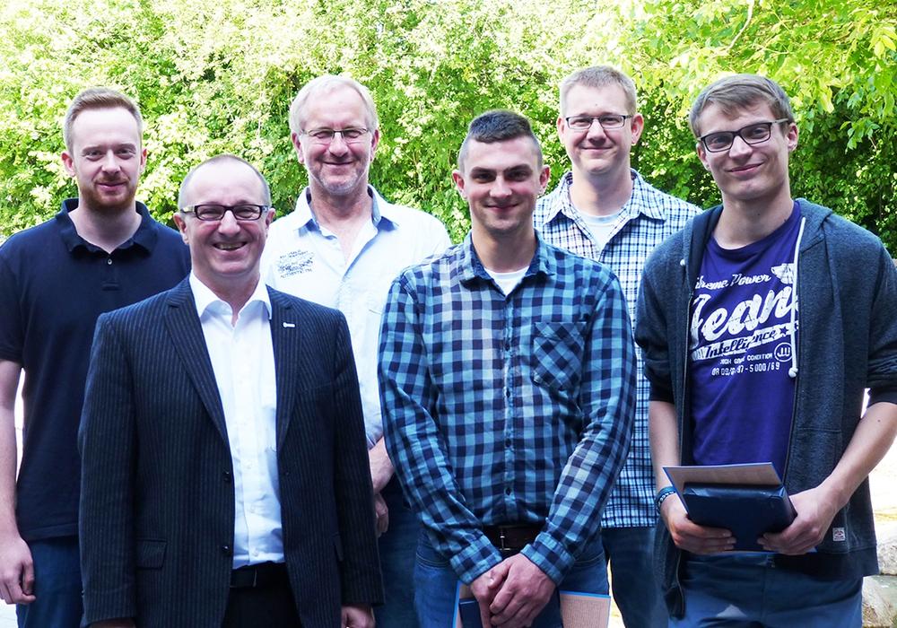 Ausbildung erfolgreich abgeschlossen: Geschäftsführer Olaf Schröder (zweiter von Links) gratulierte Fynn Bollinger (vierter von links) und Eric Monitzkewitz (r.) und dankte ihren Ausbildern sowie der Jugendausbildungsvertretung (hintere Reihe) für die gute Unterstützung.