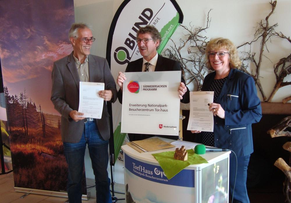 Umweltstaatssekretär Frank Doods übergibt die Bewilligungsbescheide an Bürgermeisterin Britta Schweigel und Nationalparkleiter Andreas Pusch. Foto: Friedhart Knolle, Nationalpark Harz