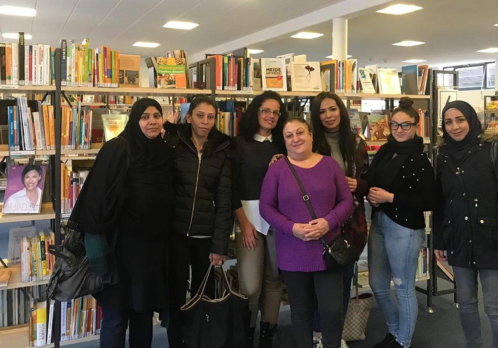 Die sieben Teilnehmerinnen bei der anschließenden Besichtigung der Bücherei. Foto: Oliver Ding