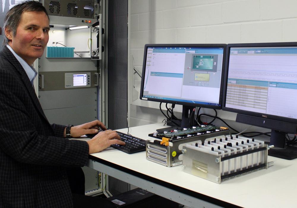 Prof. Dr. Joachim Landrath am Batterieprüfstand. Foto: Ostfalia