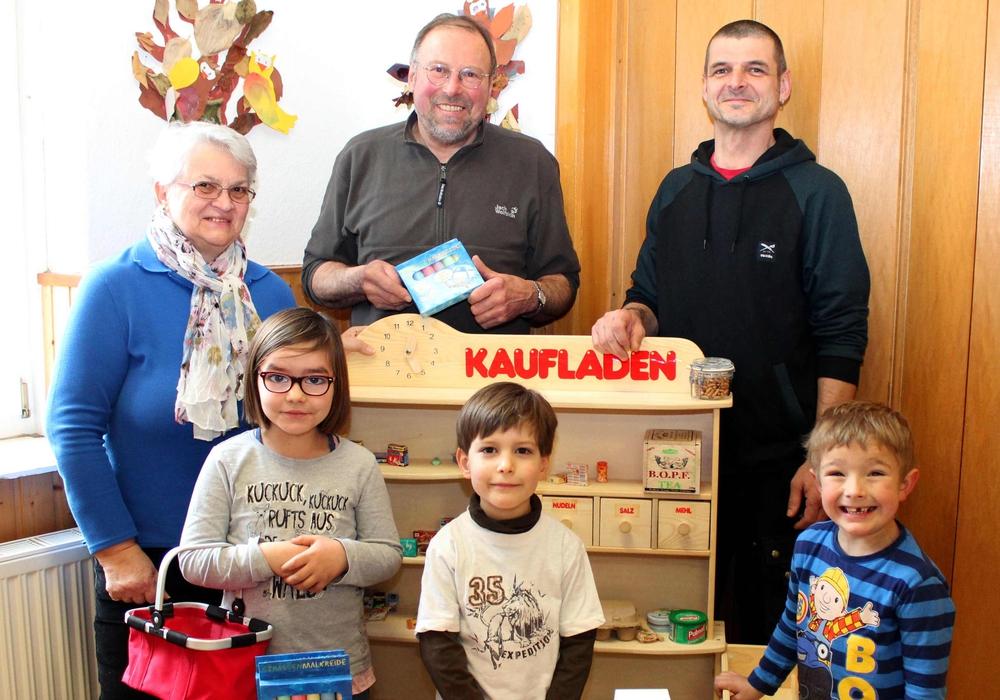 Bei den Kindern und dem Kindergartenpersonal war die Freude groß. Die Kinder Lilli, Jimmy und Tarik mit Erika Mackewitz, Ulrich Ruess und  Heiko Boy. Foto: Bernd-Uwe Meyer