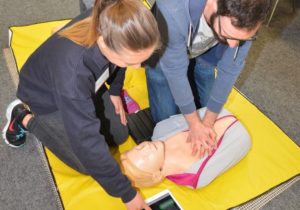 Ausbilderin  Alexandra Göttlicher (links) erklärt Christopher Donath die neue Tablet-App zur Herz-Lungen-Wiederbelebung. Foto: Malteser