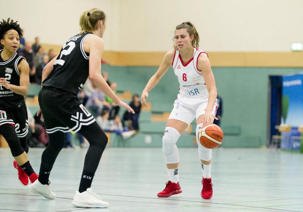 Theresa Simon (hier im Duell mit Neuss' Jana Heinrich) erzielte in Spiel eins starke 20 Punkte. Foto: Reinelt/PresseBlen.de/Archiv