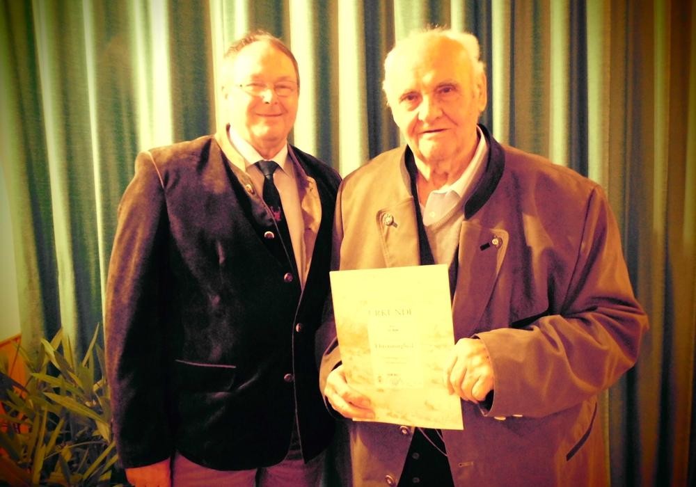 Hegeringleiter Hartmut Bartels beglückwünschte Otto Rühe. Text und Foto: Peter Wilczok