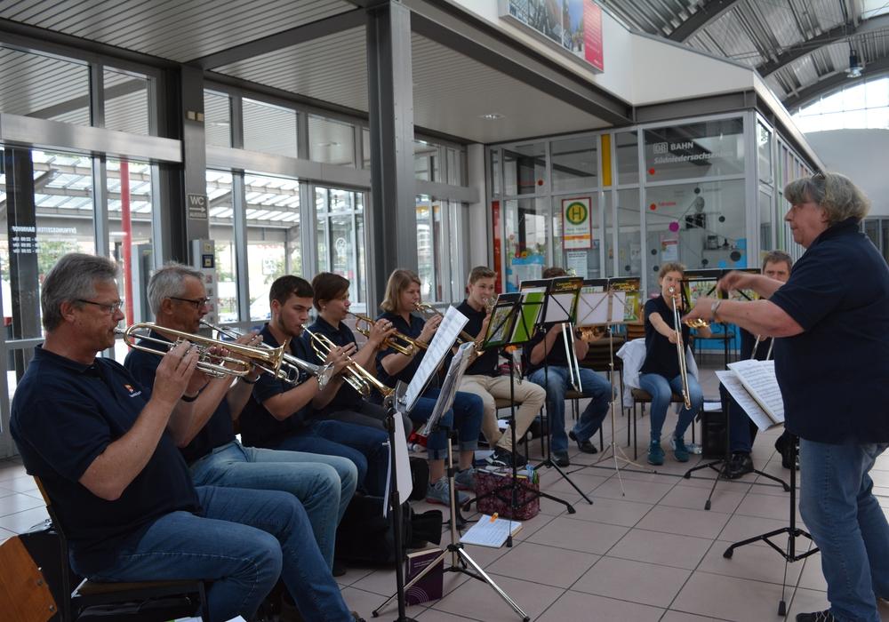 Mehr als 100 Besucher feierten am Sonntag beim Gottesdienst im Bahnhof Peine. Foto: