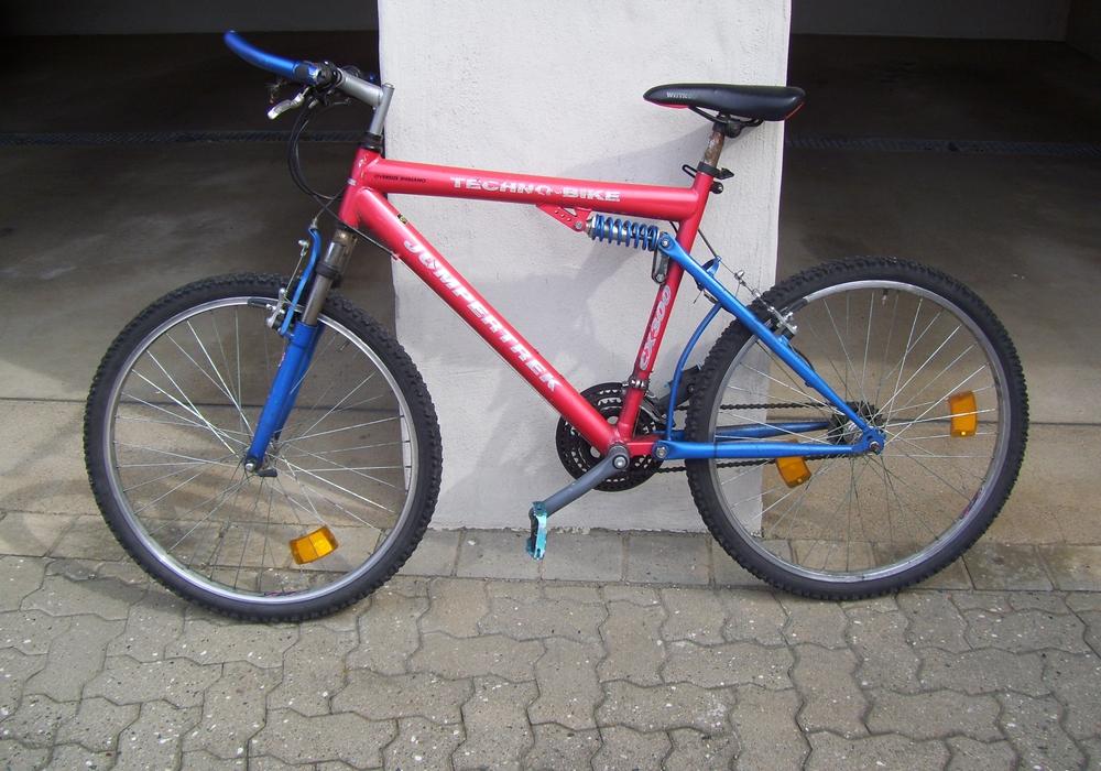 Das rotblaue Bike des Herstellers Jumpertrek, Modell Techno-Bike CX 300. Foto: Polizei Helmstedt.
