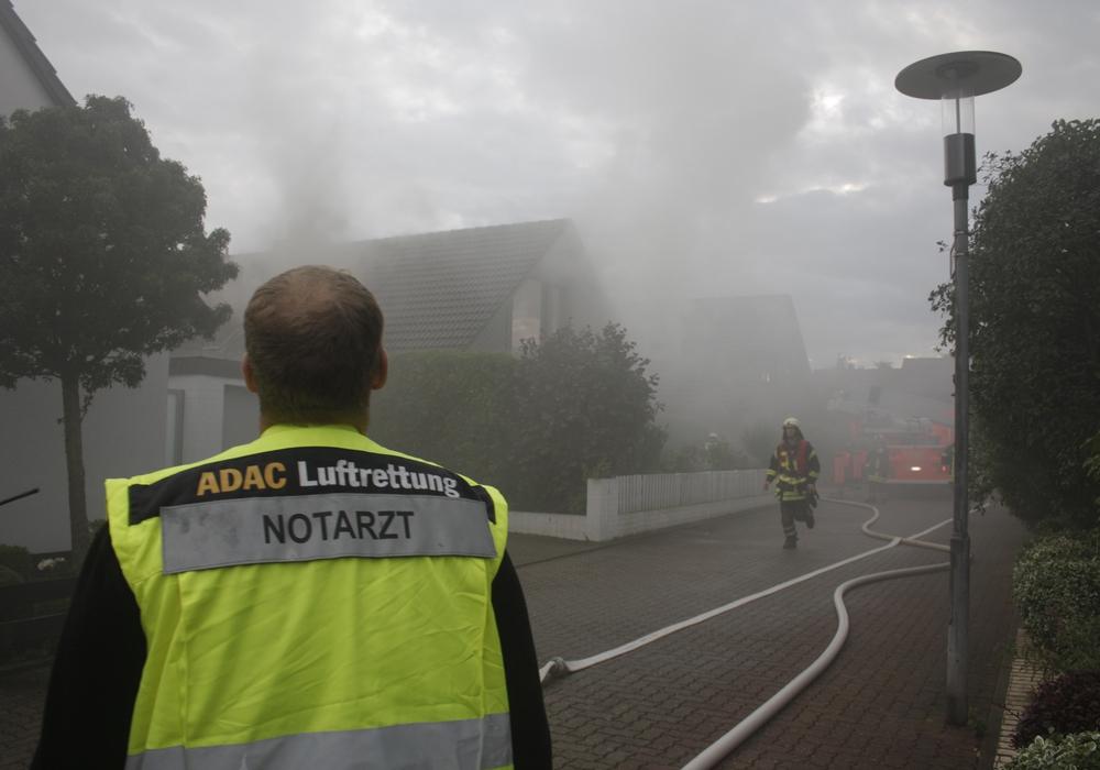 Die Feuerwehr im Einsatz im Einfamilienhaus. Fotos/Video: Werner Heise