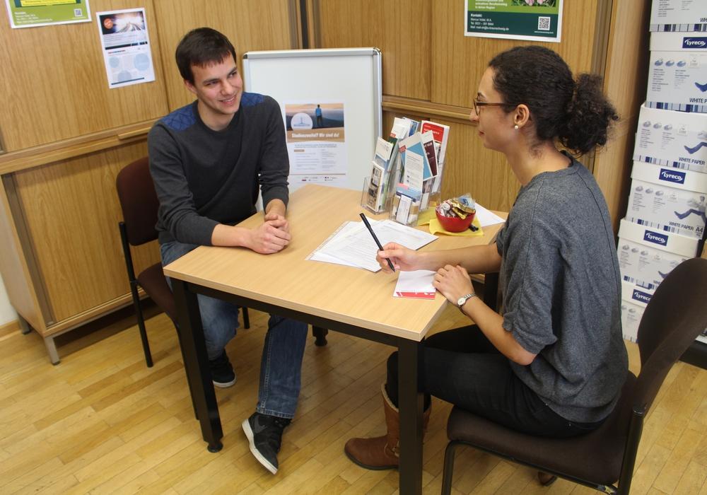 Johanna Kuchling im (nachgestellten) Beratungsgespräch mit Thomas Jusko im Büro am Bienroder Weg 97. Fotos: Alexander Dontscheff