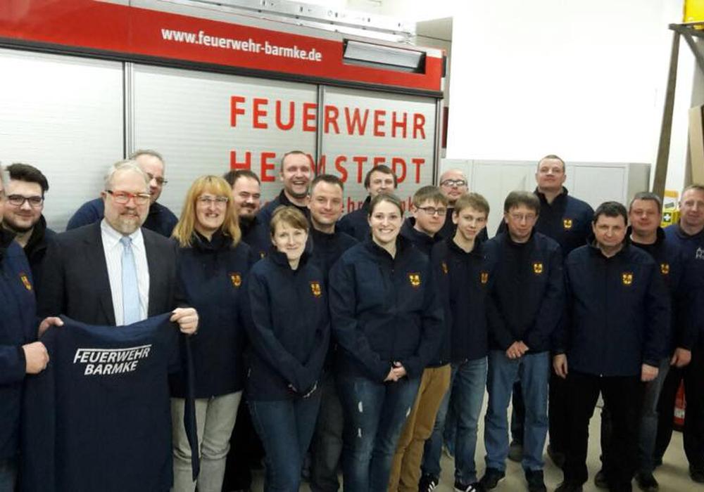 Olaf Schöndube spendete der Ortsfeuerwehr neue Softshelljacken. Foto: Feuerwehr Barmke