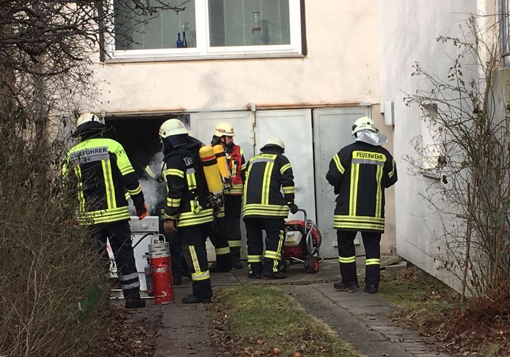 Die Feuerwehr trägt den qualmenden Trockner nach draußen. Fotos: Nick Wenkel