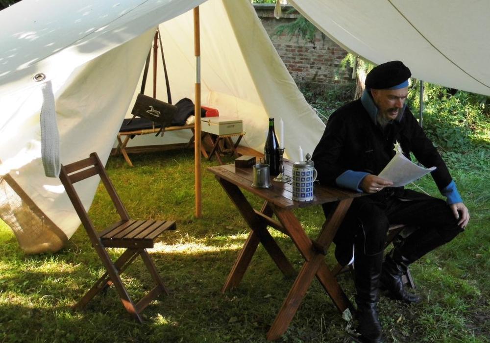 Friedrich Wilhelm (Andreas Jäger) hält eine Lesung im Ölper Pfarrgarten. Foto: privat