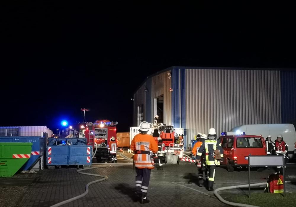 Zahlreiche Einsatzkräfte mussten nachgefordert werden, da man es mit brennenden Batterien zu tun hatte. Foto: aktuell24 (kr)