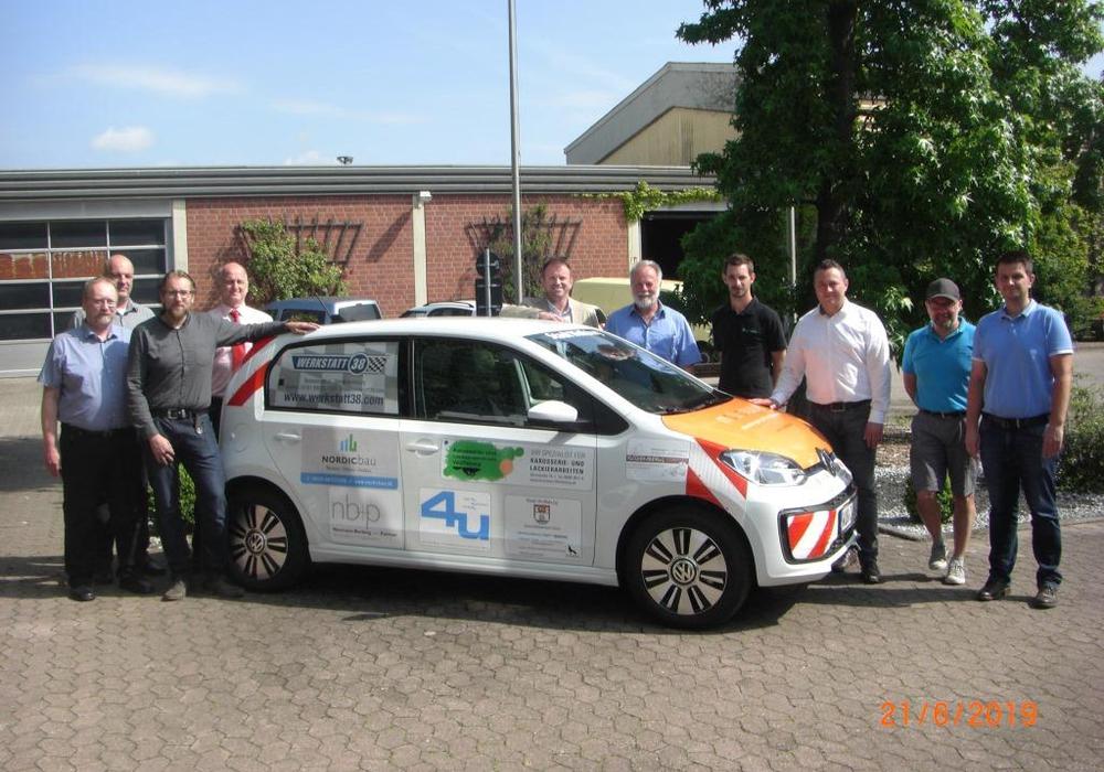 Ein Elektroauto wurde jetzt an den Geschäftsbereich Grün übergeben. Foto: Stadt Wolfsburg