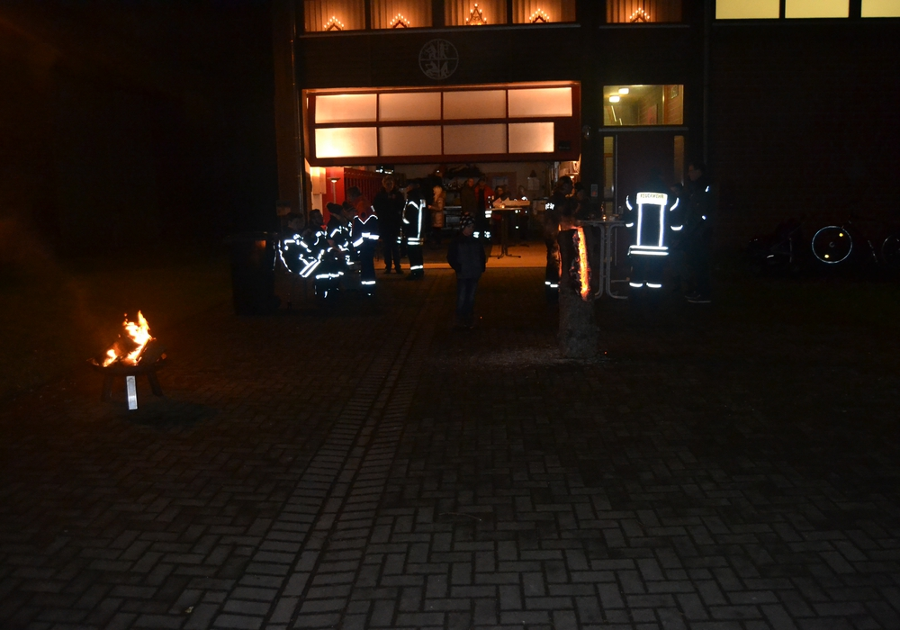 Auch die Feuerwehr Fümmelse beteiligte sich am lebendigen Adventskalender. Foto: Gliese