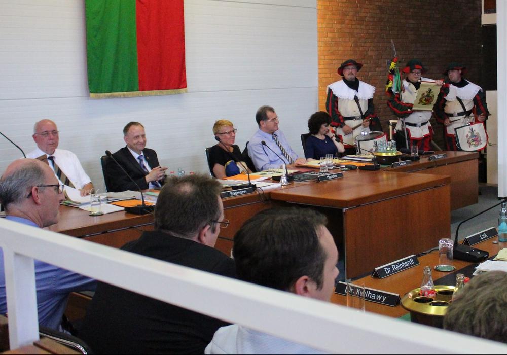 Das gab es vorher noch nie. Die Trommelboes Uwe Kruppa, Thorsten Hopp und Adrian Mau kündigten auf einer Stadtratssitzung das Freischießen an. Foto: Frederick Becker
