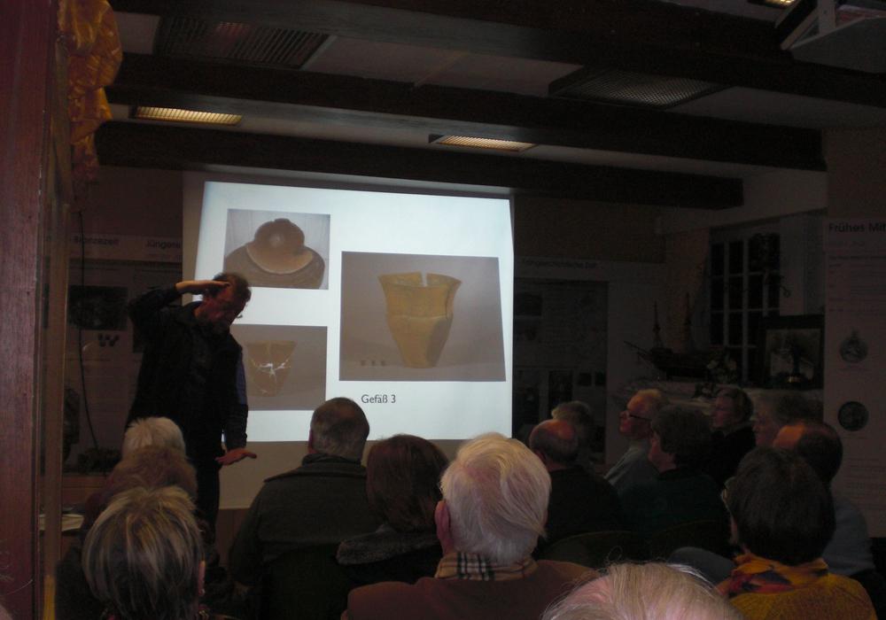Dr. Geschwinde zeigt die Größe der Gefäße, Foto: Privat