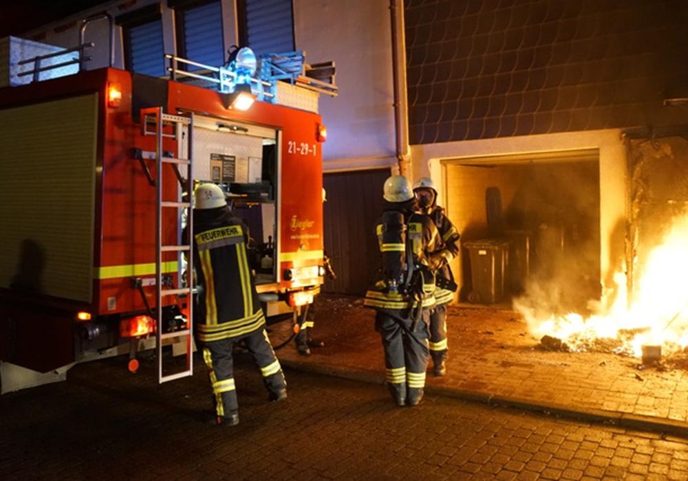 Die Feuerwehr konnte ein Übergreifen der Flammen auf das angrenzende Haus verhindern. Fotos: Feuerwehr Wolfenbüttel/Michael Hoppmann