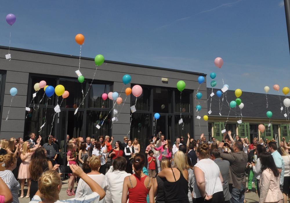 Luftballons mit Wünschen der Absolventen des Diakonie-Kollegs zogen über den Wolfenbütteler Exer hinweg. Foto: Diakonie-Kolleg